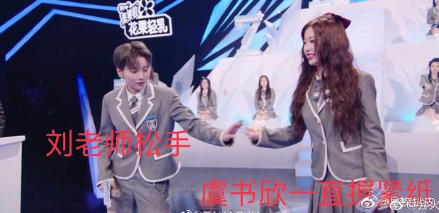 Khoảnh khắc tranh cãi nhất TXCB: Ngu Thư Hân vùng vằng, tỏ thái độ không chịu nắm tay center đứng thứ nhất Lưu Vũ Hân - Ảnh 6.