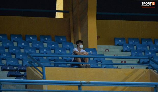 Chạnh lòng hình ảnh Duy Mạnh ngồi cô đơn trên khán đài theo dõi trận Hà Nội gặp CLB Đồng Tháp - Ảnh 1.