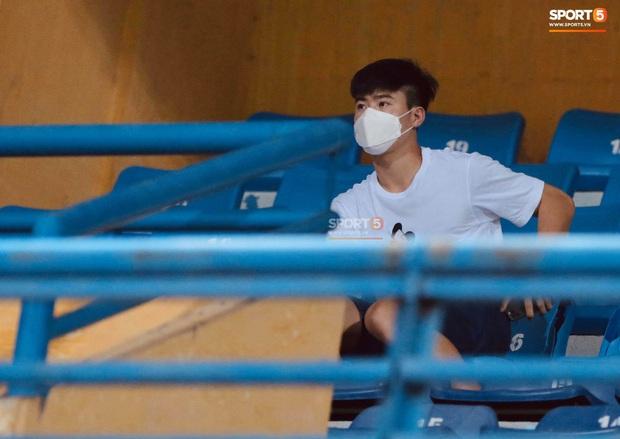 Chạnh lòng hình ảnh Duy Mạnh ngồi cô đơn trên khán đài theo dõi trận Hà Nội gặp CLB Đồng Tháp - Ảnh 5.