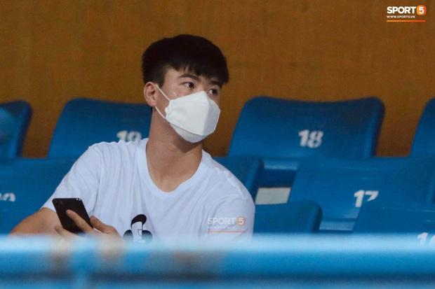 Chạnh lòng hình ảnh Duy Mạnh ngồi cô đơn trên khán đài theo dõi trận Hà Nội gặp CLB Đồng Tháp - Ảnh 4.