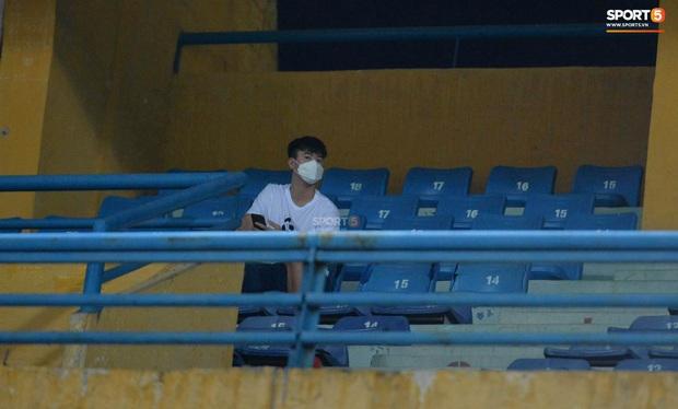 Chạnh lòng hình ảnh Duy Mạnh ngồi cô đơn trên khán đài theo dõi trận Hà Nội gặp CLB Đồng Tháp - Ảnh 2.