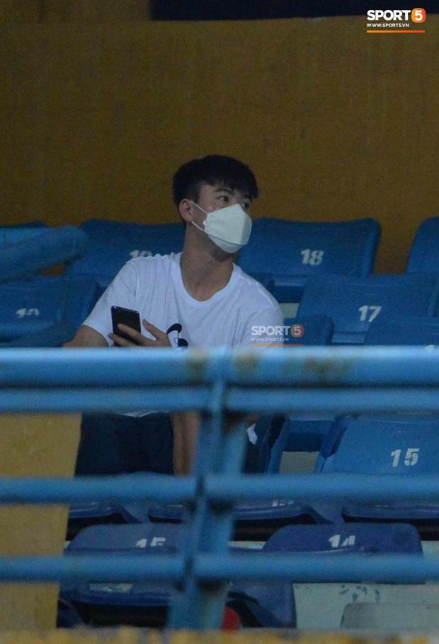 Chạnh lòng hình ảnh Duy Mạnh ngồi cô đơn trên khán đài theo dõi trận Hà Nội gặp CLB Đồng Tháp - Ảnh 3.