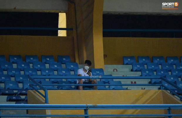 Chạnh lòng hình ảnh Duy Mạnh ngồi cô đơn trên khán đài theo dõi trận Hà Nội gặp CLB Đồng Tháp - Ảnh 6.
