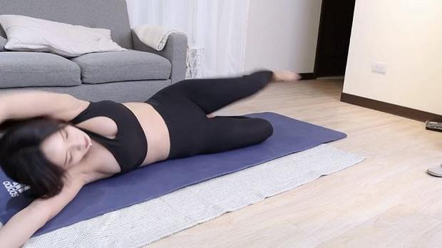 Dạy yoga quá có tâm trên sóng, nữ streamer vô tình hớ hênh vòng một lộ liễu, suýt thì gặp cái kết đắng lòng - Ảnh 2.