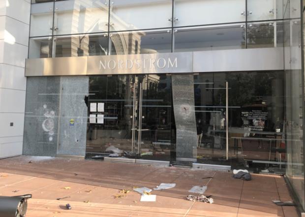 Hàng loạt thương hiệu xa xỉ bị dọn sạch cửa hàng giữa làn sóng biểu tình bạo loạn  - Ảnh 2.