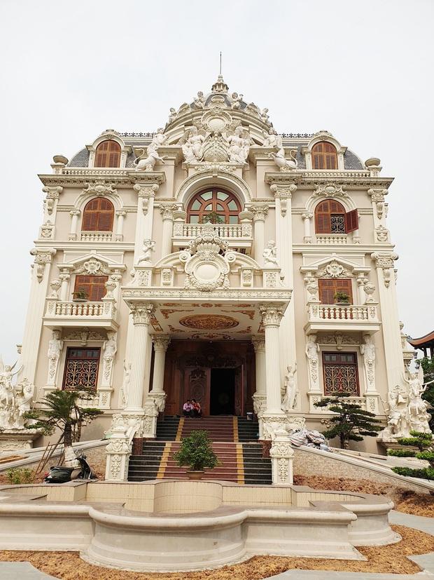 Choáng váng trước tòa lâu đài xây gần 10 năm của triệu phú Nam Định, ngày cưới cô dâu nhận vương miện 100 cây vàng - Ảnh 3.