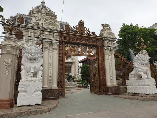 Choáng váng trước tòa lâu đài xây gần 10 năm của triệu phú Nam Định, ngày cưới cô dâu nhận vương miện 100 cây vàng - Ảnh 4.