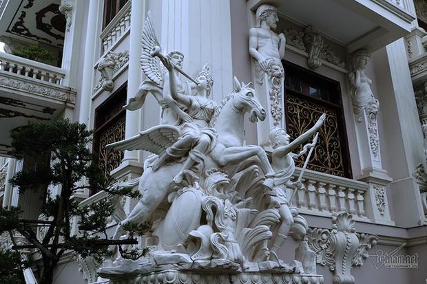 Choáng váng trước tòa lâu đài xây gần 10 năm của triệu phú Nam Định, ngày cưới cô dâu nhận vương miện 100 cây vàng - Ảnh 7.
