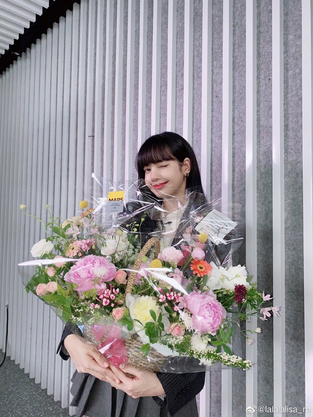 Lisa khoe ảnh cực hiếm chụp chung cùng Thái Từ Khôn, dân tình phấn khích vì lời rủ rê hẹn hò của cô nàng - Ảnh 5.