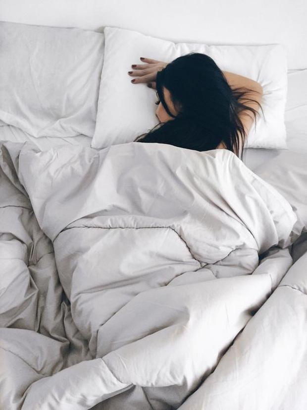 Tại sao lạ chỗ thường khó ngủ? - Ảnh 1.