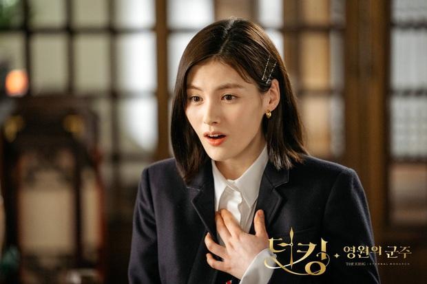 Hè nóng ná thở, muốn xén tóc cho nhẹ đầu thì chị em hãy tham khảo 3 kiểu tóc ngắn được sủng nhất trong phim Hàn - Ảnh 4.
