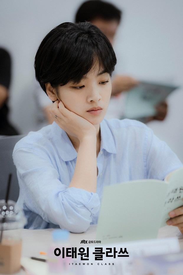 Hè nóng ná thở, muốn xén tóc cho nhẹ đầu thì chị em hãy tham khảo 3 kiểu tóc ngắn được sủng nhất trong phim Hàn - Ảnh 10.