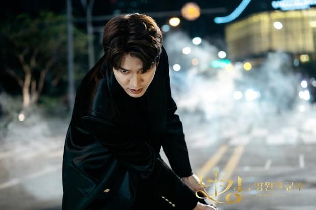 Giải mã 9 tình tiết ở Quân Vương Bất Diệt tập 13: Lee Min Ho xuyên không đường nào, Kim Go Eun vì sao hôn nam phụ? - Ảnh 9.