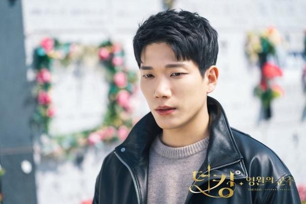 Giải mã 9 tình tiết ở Quân Vương Bất Diệt tập 13: Lee Min Ho xuyên không đường nào, Kim Go Eun vì sao hôn nam phụ? - Ảnh 8.
