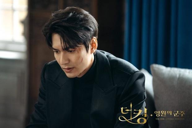 Giải mã 9 tình tiết ở Quân Vương Bất Diệt tập 13: Lee Min Ho xuyên không đường nào, Kim Go Eun vì sao hôn nam phụ? - Ảnh 4.