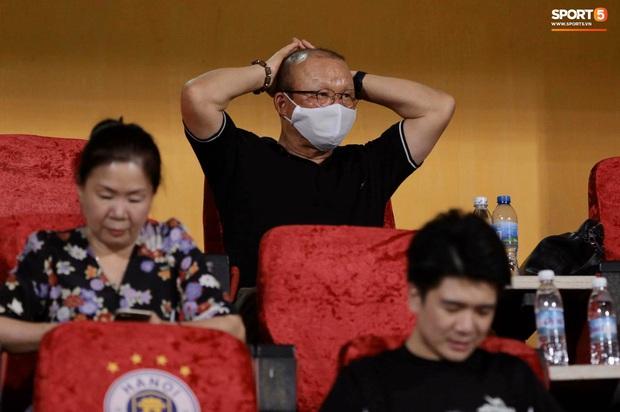 Chạnh lòng hình ảnh Duy Mạnh ngồi cô đơn trên khán đài theo dõi trận Hà Nội gặp CLB Đồng Tháp - Ảnh 7.