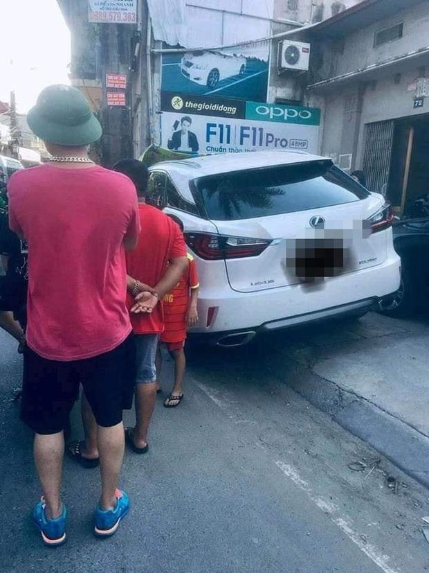 Ngán ngẩm chiếc xe Lexus đỗ trước nhà dân, bị người trong nhà viết kín chữ - Ảnh 3.
