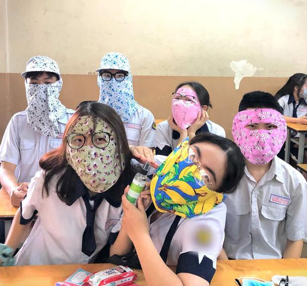 Những hình ảnh đáng yêu ngày đầu đi học lại: Sinh viên nhận hẳn 500k lì xì giữa tháng 5; kính chắn giọt bắn trở thành thời trang cực độc - Ảnh 9.