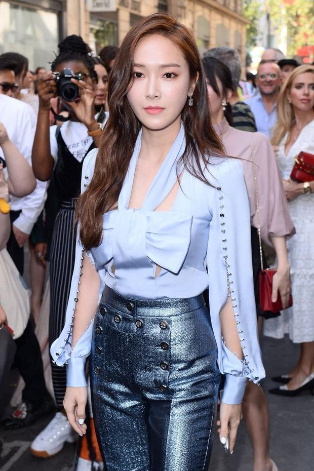 Tội Jessica, cứ đi sự kiện quốc tế là bị bóc sạch nhan sắc thật: Ảnh PTS khác hẳn thực tế, sốc nhất là 2 lần ở Cannes - Ảnh 7.