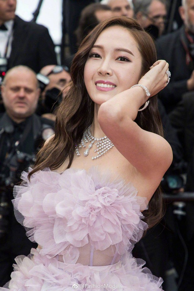 Tội Jessica, cứ đi sự kiện quốc tế là bị bóc sạch nhan sắc thật: Ảnh PTS khác hẳn thực tế, sốc nhất là 2 lần ở Cannes - Ảnh 12.