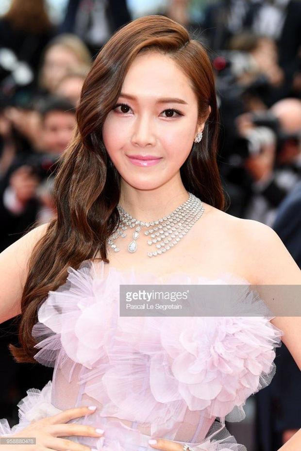 Tội Jessica, cứ đi sự kiện quốc tế là bị bóc sạch nhan sắc thật: Ảnh PTS khác hẳn thực tế, sốc nhất là 2 lần ở Cannes - Ảnh 13.