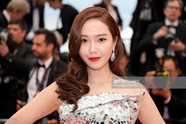 Tội Jessica, cứ đi sự kiện quốc tế là bị bóc sạch nhan sắc thật: Ảnh PTS khác hẳn thực tế, sốc nhất là 2 lần ở Cannes - Ảnh 19.