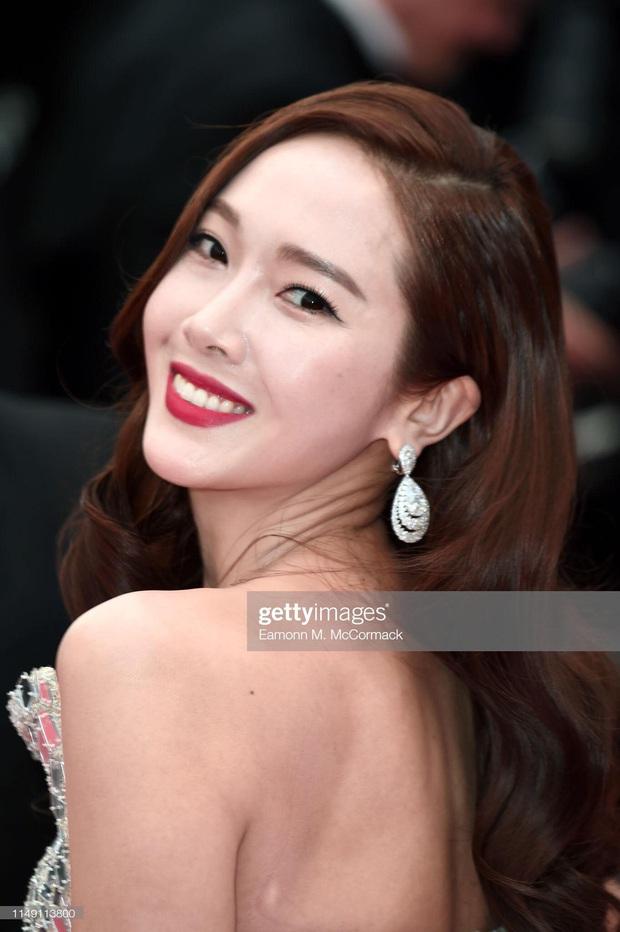 Tội Jessica, cứ đi sự kiện quốc tế là bị bóc sạch nhan sắc thật: Ảnh PTS khác hẳn thực tế, sốc nhất là 2 lần ở Cannes - Ảnh 21.
