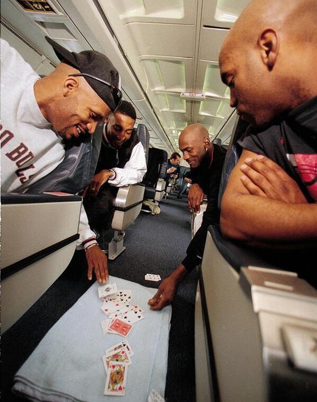 Huyền thoại Michael Jordan và những câu chuyện điên rồ liên quan tới cờ bạc: Từng thua 5 triệu đô trong một đêm, cược 100.000 USD vào trò oẳn tù tì - Ảnh 2.