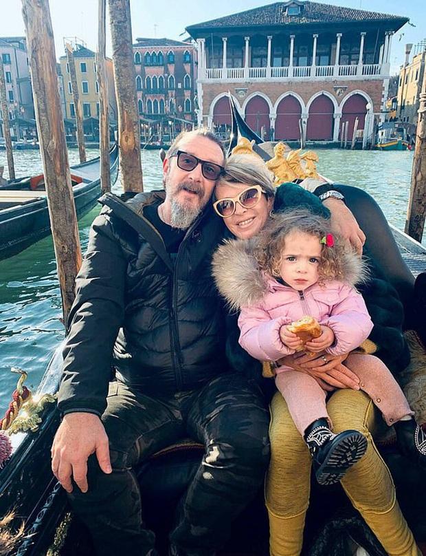 Bỏ con gái 2 tuổi ở nhà để đi du lịch giữa mùa dịch, hai vợ chồng đã mắc sai lầm khiến họ ân hận cả đời - Ảnh 2.