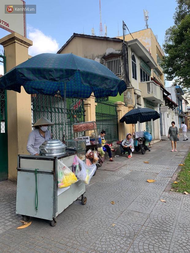 Các bà, các chị bán hàng trước cổng trường, canteen vui mừng rạng rỡ khi thấy học sinh, sinh viên đi học trở lại - Ảnh 3.