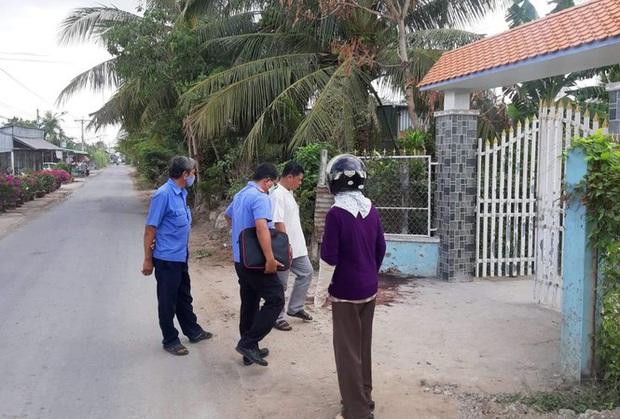 Camera ghi lại cảnh nam thanh niên bị nhóm người truy sát, đâm chém tới chết giữa đường - Ảnh 1.