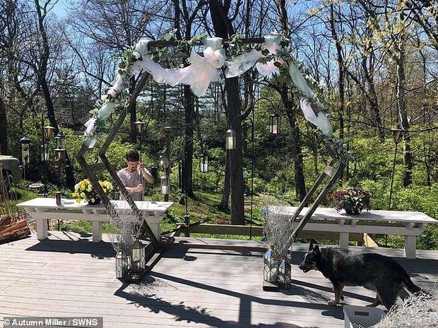 Cặp đôi tự làm đám cưới ngay tại vườn nhà mà không có khách mời, sự xuất hiện của phù dâu còn gây ngạc nhiên hơn nữa - Ảnh 1.