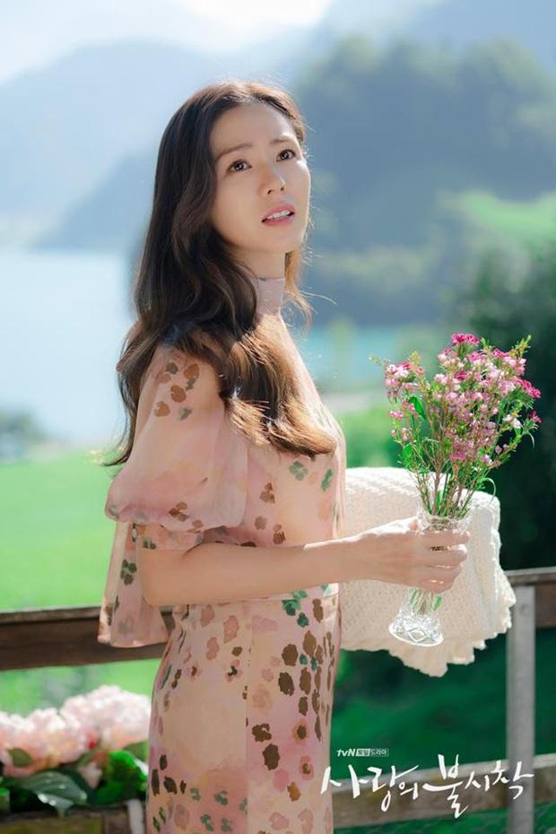 Son Ye Jin xinh tươi phơi phới trong chiếc áo hoa nhưng vẫn thua nhẹ bà cả Thế Giới Hôn Nhân về độ sang trọng, quý phái - Ảnh 3.