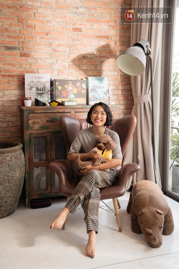 Căn hộ Châu Bùi tậu năm 22 tuổi: Nằm giữa khu trung tâm đắt đỏ, ban công siêu rộng và nội thất chỉ 200 triệu nhưng nhìn phát mê luôn - Ảnh 1.