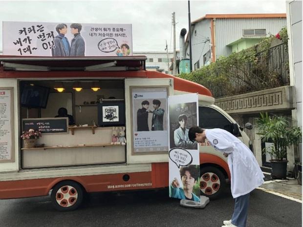 3 lần Yêu Tinh Gong Yoo và Thần Chết Lee Dong Wook mượn xe cà phê để khoe ân ái, khi nào comeout đây hai anh? - Ảnh 2.