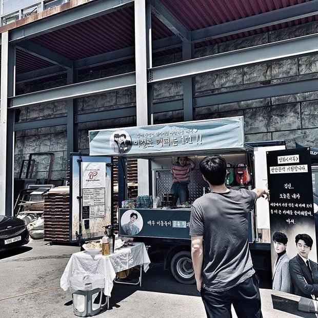 3 lần Yêu Tinh Gong Yoo và Thần Chết Lee Dong Wook mượn xe cà phê để khoe ân ái, khi nào comeout đây hai anh? - Ảnh 3.