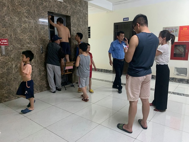 Hà Nội: Thang máy bất ngờ gặp sự cố, người dân cạy cửa giải cứu cụ ông 83 tuổi bị mắc kẹt - Ảnh 2.
