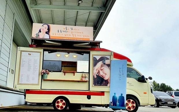 Cặp tài tử Goblin Gong Yoo và Lee Dong Wook tặng nàng thơ Quân vương bất diệt quà đặc biệt, nhìn banner mà quỳ luôn! - Ảnh 2.