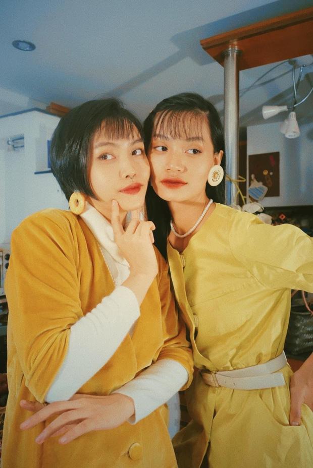 Đôi bạn thân rủ nhau diện đồ chuẩn phong cách TVB, bảo bối là căn phòng 40m2 chứa đầy quần áo secondhand - Ảnh 1.