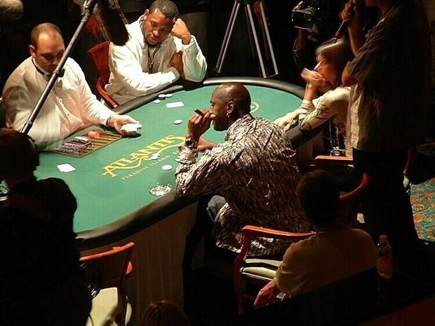 Huyền thoại Michael Jordan và những câu chuyện điên rồ liên quan tới cờ bạc: Từng thua 5 triệu đô trong một đêm, cược 100.000 USD vào trò oẳn tù tì - Ảnh 5.