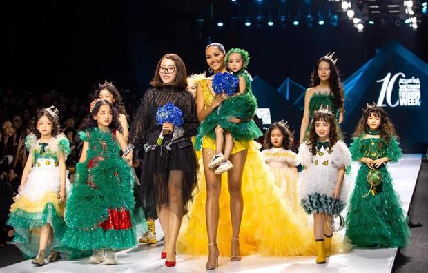 Bé Hà My - mẫu nhí 4 tuổi bị ung thư từng được hoa hậu HHen Niê bế trên sàn catwalk khiến bao người rơi nước mắt đã qua đời - Ảnh 1.