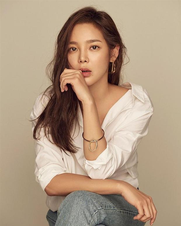 Chị đại Lee Bo Young đối đầu hoa hậu xài chất cấm ở Khi Tình Yêu Nở Rộ, dân tình xin chuẩn bị mà xem các màn đánh ghen khét lẹt  - Ảnh 5.