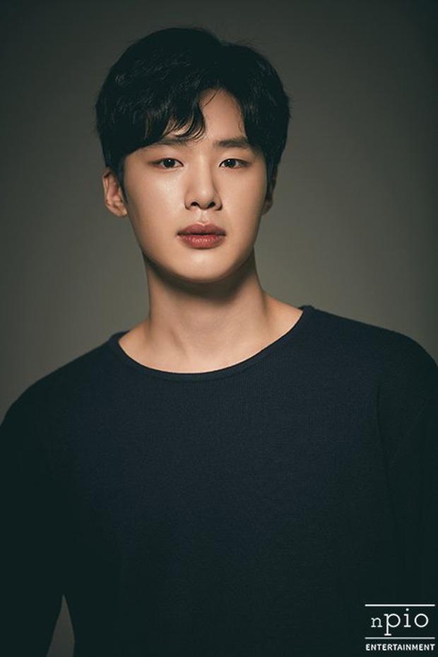 Profile trùm chăn dắt Kim Dong Hee của Extracurricular: Bàn tay vàng chọn toàn phim bom tấn, thủ khoa debut đến từ ông lớn JYP - Ảnh 3.