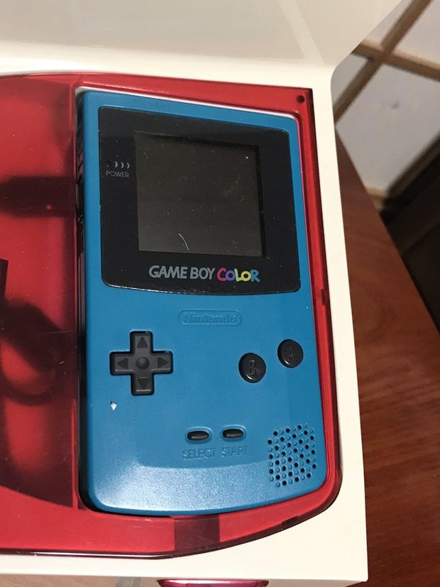 Màn song kiếm hợp bích có một không hai: Máy khâu lại được điều khiển bằng đồ chơi điện tử Game Boy? - Ảnh 2.