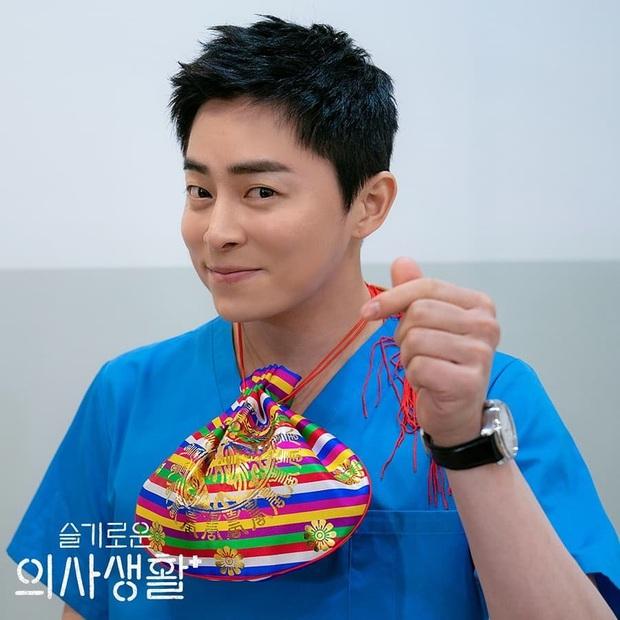 Giáo sư Jo Jung Suk tự cắt bớt 7 tỉ tiền cát-xê Hospital Playlist vì tin tưởng đạo diễn Shin Won Ho: Ngầu quá đi bố Woo Ju ơi! - Ảnh 1.
