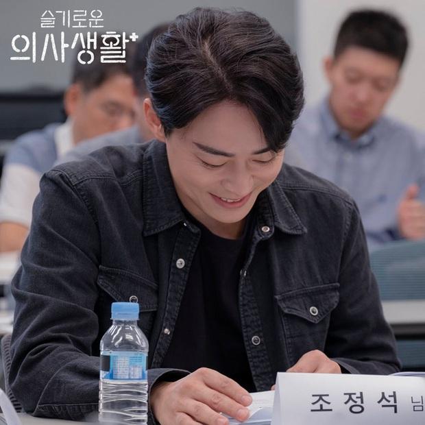 Giáo sư Jo Jung Suk tự cắt bớt 7 tỉ tiền cát-xê Hospital Playlist vì tin tưởng đạo diễn Shin Won Ho: Ngầu quá đi bố Woo Ju ơi! - Ảnh 2.