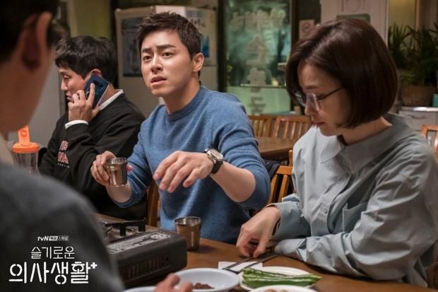Giáo sư Jo Jung Suk tự cắt bớt 7 tỉ tiền cát-xê Hospital Playlist vì tin tưởng đạo diễn Shin Won Ho: Ngầu quá đi bố Woo Ju ơi! - Ảnh 3.
