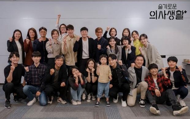 Giáo sư Jo Jung Suk tự cắt bớt 7 tỉ tiền cát-xê Hospital Playlist vì tin tưởng đạo diễn Shin Won Ho: Ngầu quá đi bố Woo Ju ơi! - Ảnh 4.