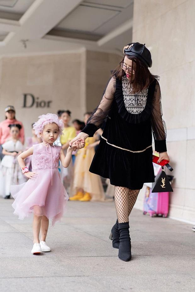 Bé Hà My - mẫu nhí 4 tuổi bị ung thư từng được HHen Niê bế trên sàn catwalk đã qua đời  - Ảnh 9.