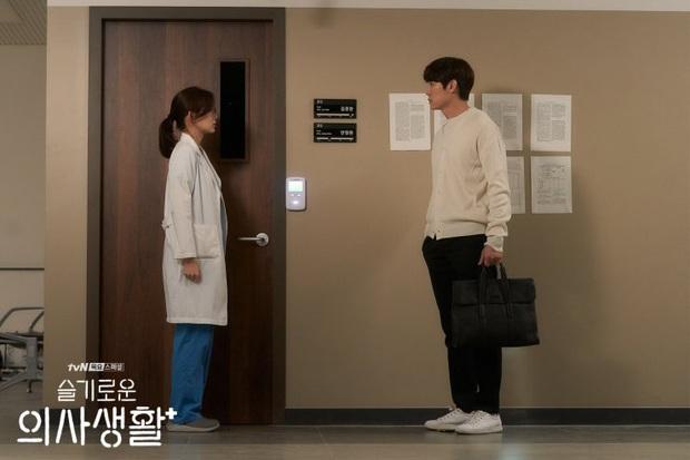 5 đôi được ship mạnh nhất Hospital Playlist: Friendzone 20 năm là quá đủ, ai cũng cầu tới ngày Jo Jung Suk tỏ tình - Ảnh 3.